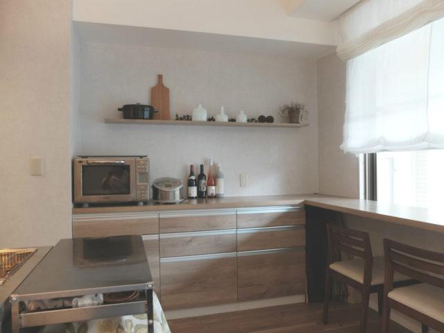 キッチン横は収納とカウンターを組み合わせて多用室に