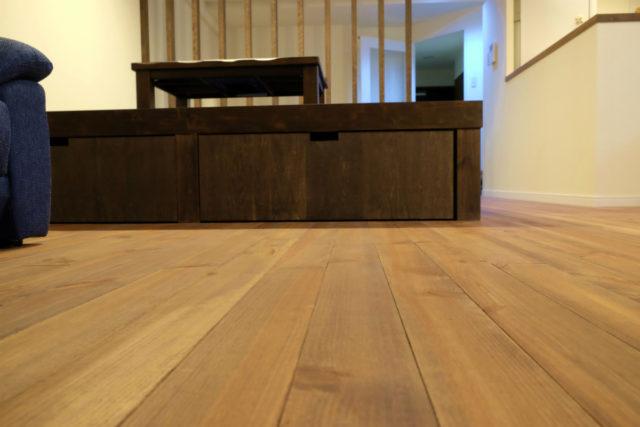 無垢のフローリングに、小上りの畳スペースが映える空間