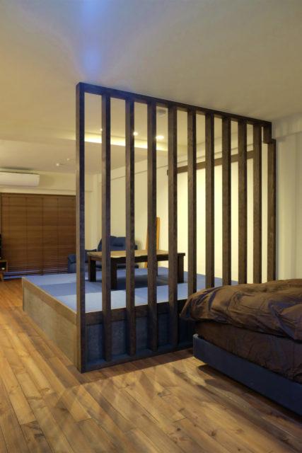 ベッドスペースと畳コーナーの仕切りのスリット柱