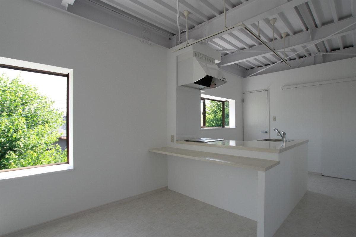 天井を剥き出しにして、白で統一したスタイリッシュな空間