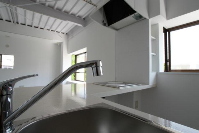 L型に配置した造作キッチンには、食事用のカウンターも造付け