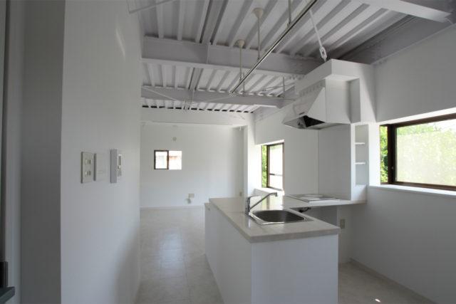 天井を剥き出しにして白くペイントする事で、空間に広がりを・・・