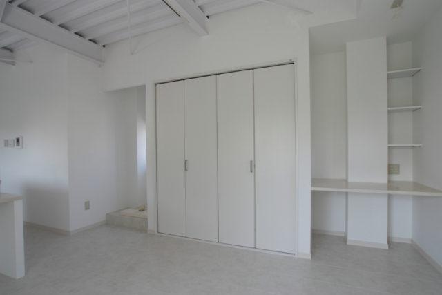 建具や床、カウンターまで、全てを白で統一してスッキリと見せる