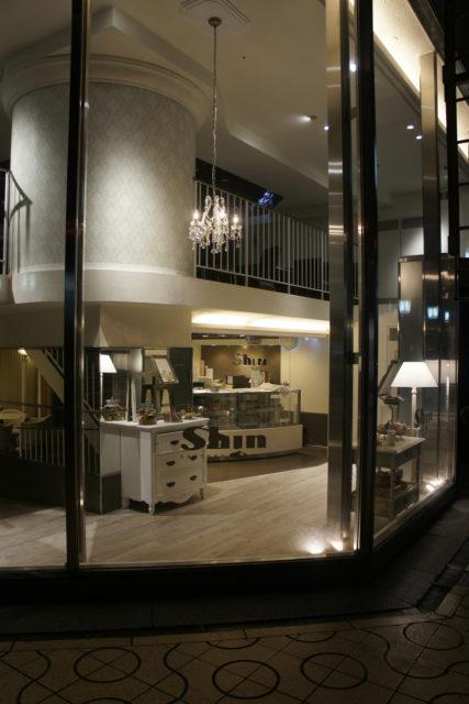 2Fのカフェ部分の円柱も輸入壁紙で雰囲気を・・・