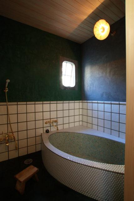 アンティークの鉄製小窓をつけた浴室