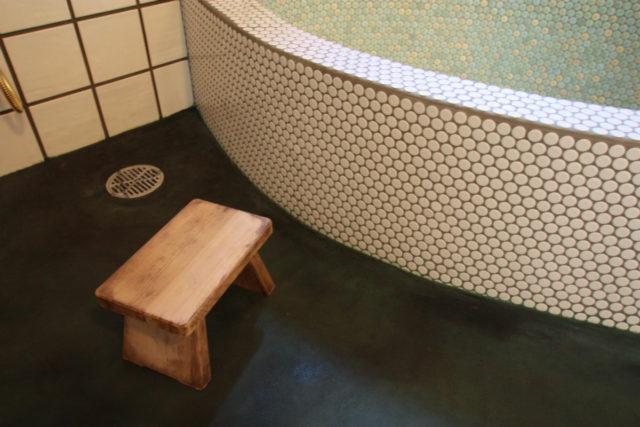 モザイクタイルで作った楕円形の浴槽