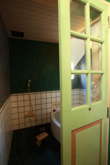 建具と浴室の壁はカラーでコントラストを付けて