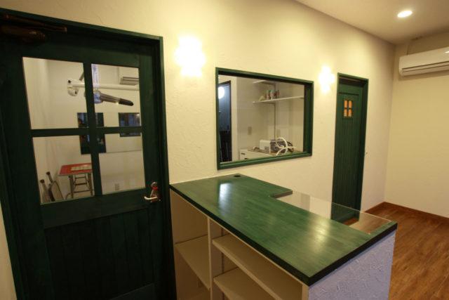 扉やカウンターはグリーンに塗装してポップな印象に