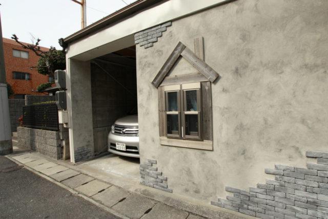 フロントの小窓は犬小屋をイメージした意匠に