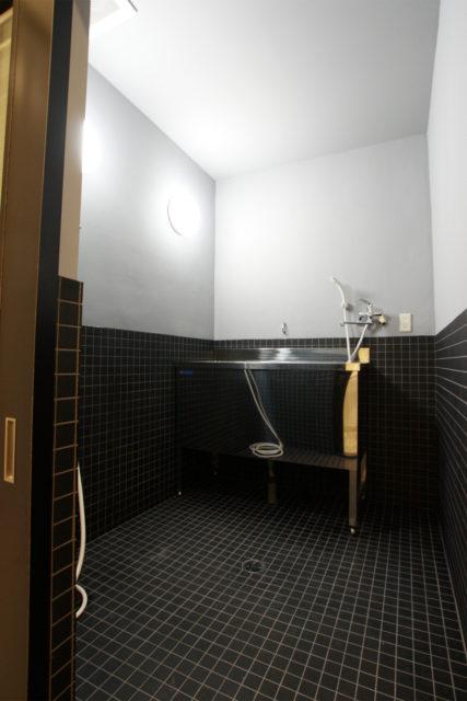 シャワー室は、シックで使い易くシンプルに