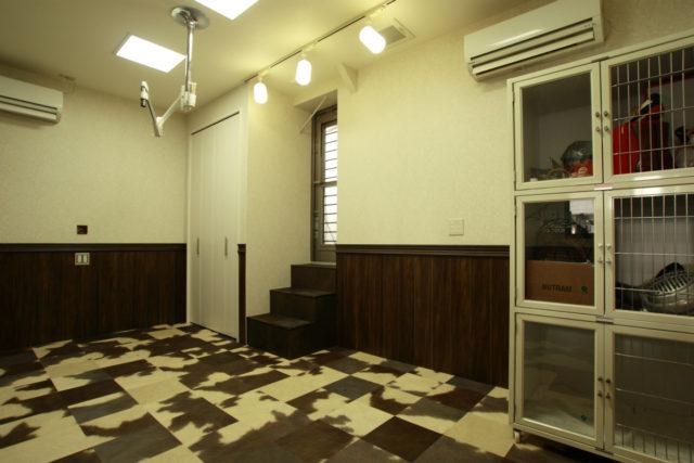 ハラコ柄の床材と腰板が印象的なトリミング室