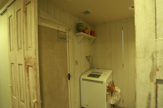洗濯スペースの壁にも木を貼ってペイント