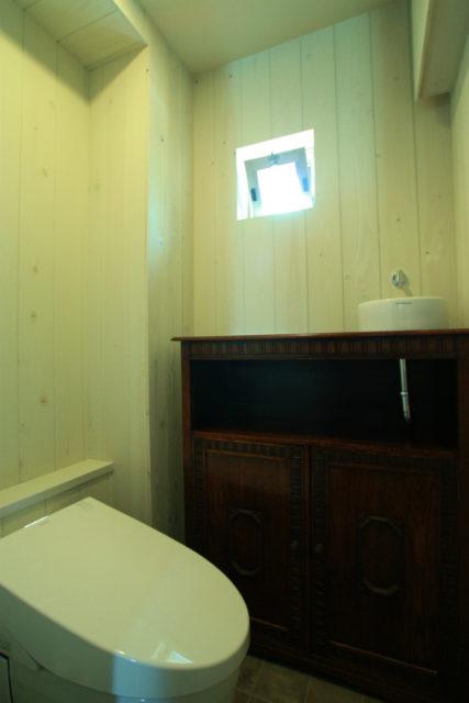 アンティークの家具にボウルを取付けて手洗いに