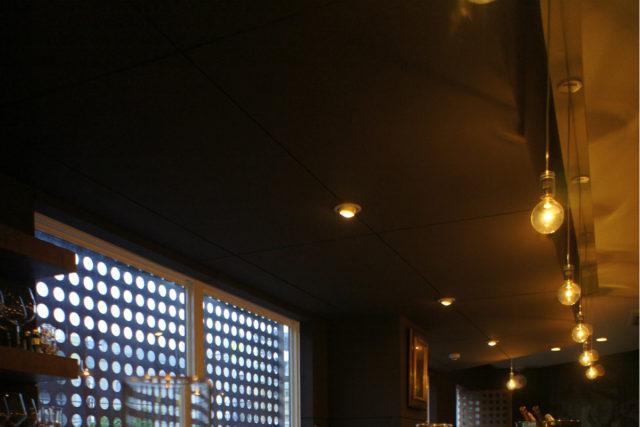 ドット柄の窓から神戸の景色が楽しめる