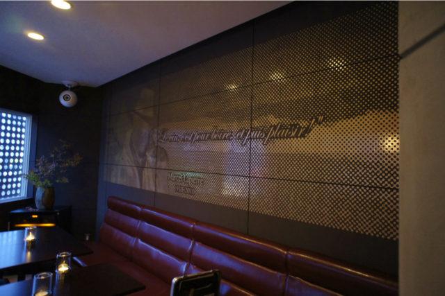 ドットで表現した壁面装飾も演出に一役