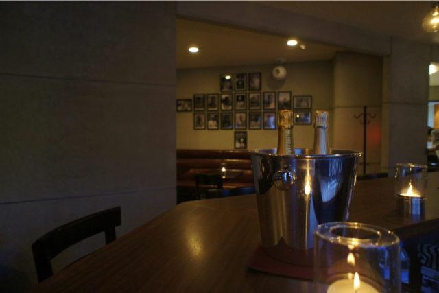 モルタルの壁と茶のソファで落着いた雰囲気に