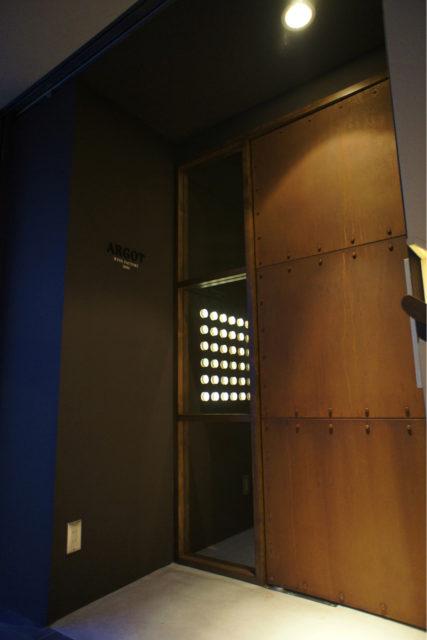 鉄板を貼って錆加工した重厚感のあるドア