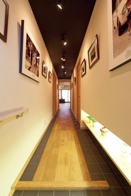 間接照明で演出した廊下ギャラリー