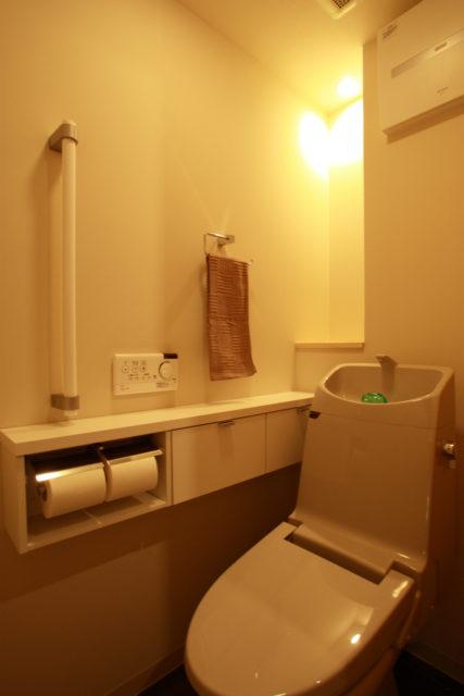 間接照明とニッチをつけたトイレ
