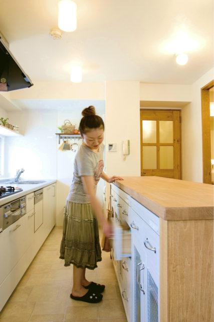 手持ちの家具を利用したキッチンカウンター