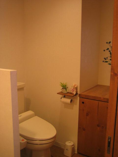 腰までの壁で仕切った開放感のあるトイレ