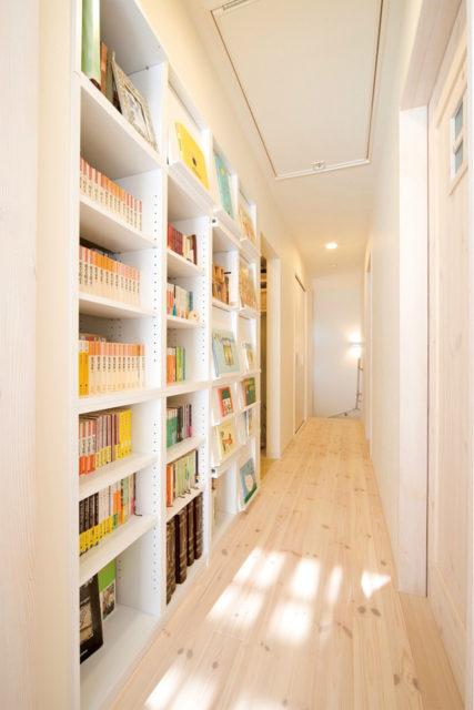 廊下の壁面を利用したハウスライブラリー