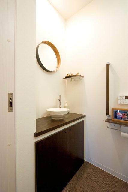 扉付きの収納のトイレの造作手洗い