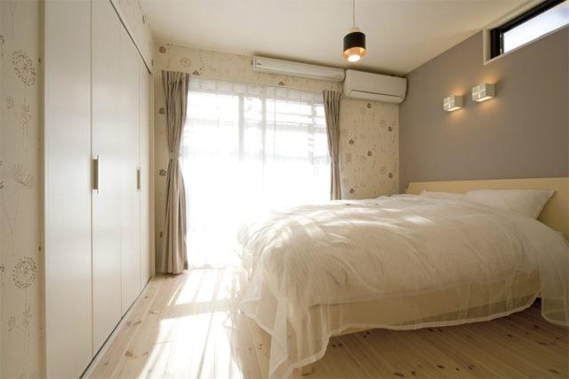 パインの無垢材の床が気持ちいい寝室