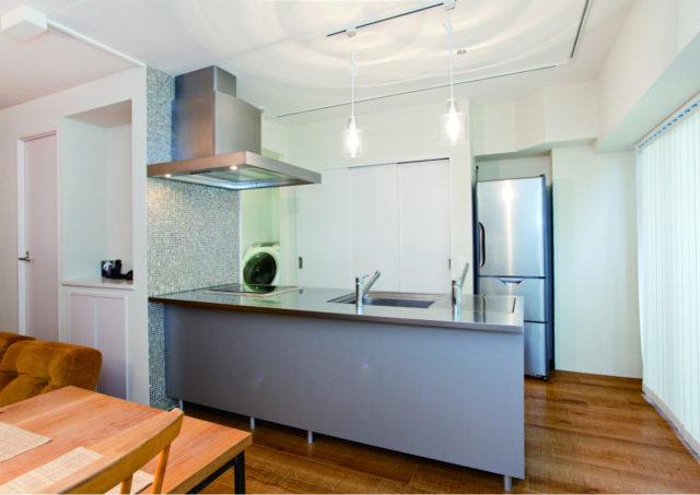 スタイリッシュな対面フラットのオープンキッチン