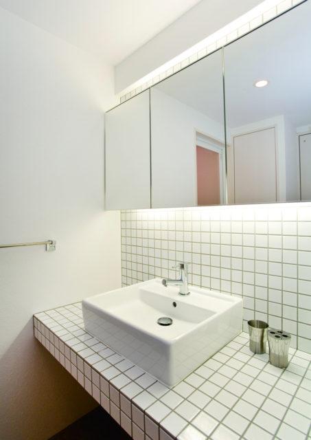 間接照明を仕込んだミラー収納とタイルの洗面